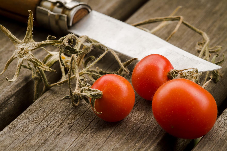 Drei Tomaten und Messer